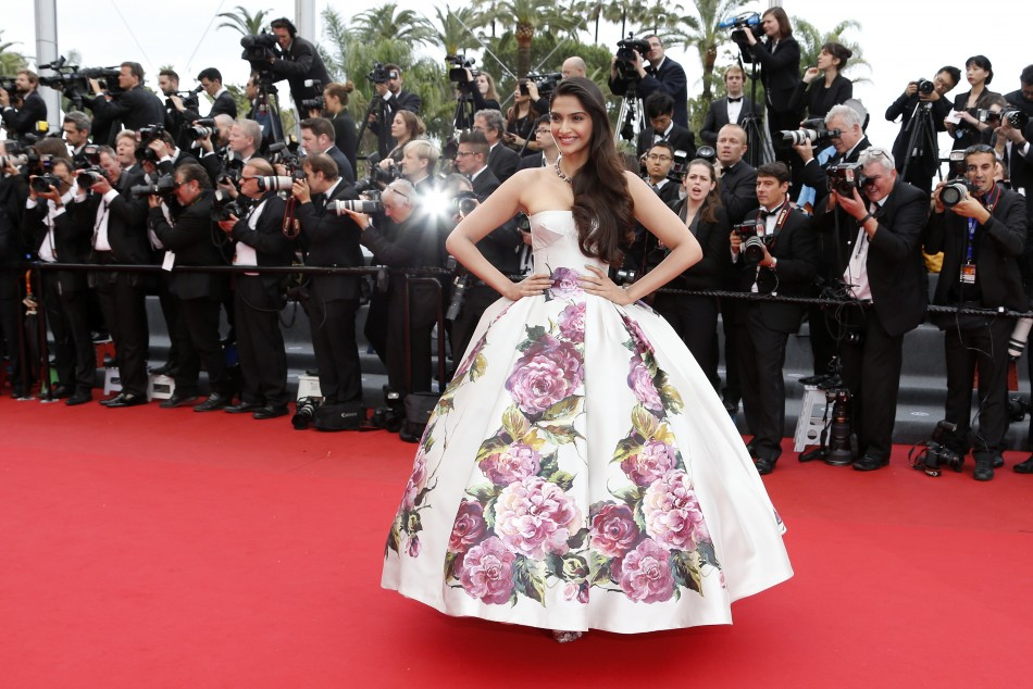 sonam-kapoor-cannes-film-festival-2013-red-carpet
