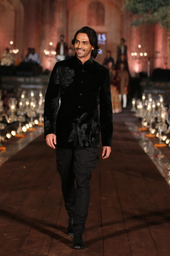 Arjun Rampal walks for Rohit Bal's 'Gulbagh' collection